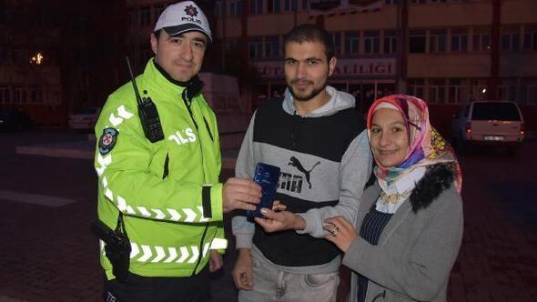 Trafik polisi, yolda bulduğu ekranı kırık telefonu tamir ettirip sahibine ulaştırdı