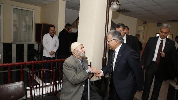 Başkan Büyükkılıç, huzurevini ziyaret etti