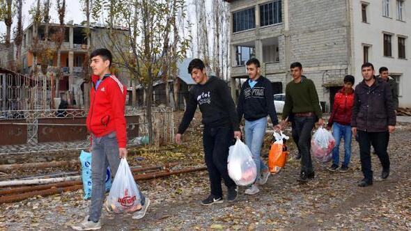 Suriyeli aileye öğrencilerden anlamlı ziyaret