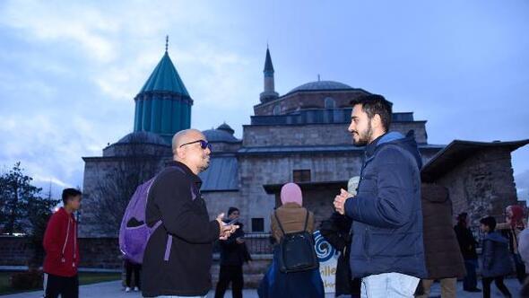 Gençler, turistlerle konuşarak yabancı dillerini geliştiriyor