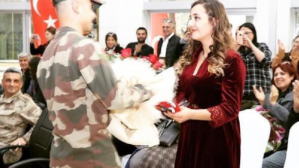 Yemin töreninde kız arkadaşına evlilik teklif etti