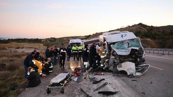 Çanakkalede işçi minibüsü vince çarptı: 15 yaralı