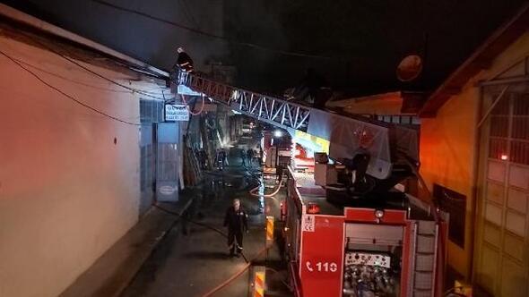 Alev alan 3 işyerinin çatısını itfaiye söndürdü