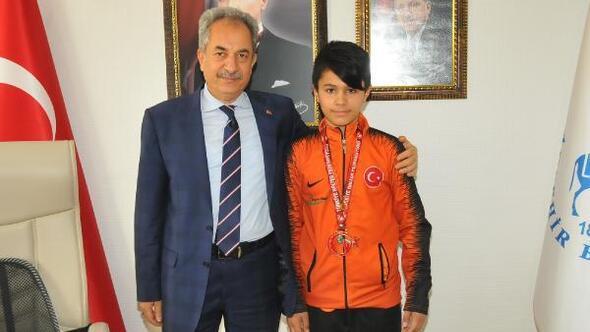 Akşehir Belediyesinden şampiyon sporculara altın