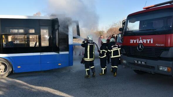 Üniversitelileri taşıyan halk otobüsünde yangın