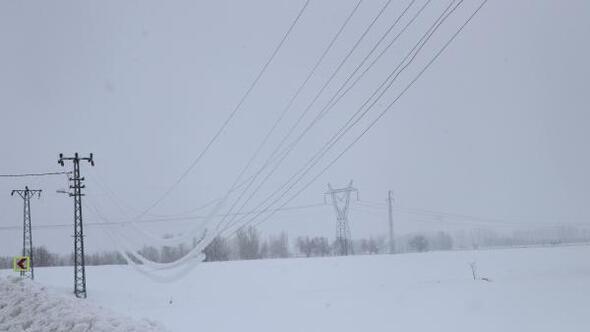 Karın etkisi altındaki Göksunda 24 saati aşkın süredir elektrikler kesik