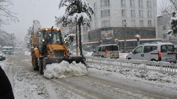 Akşehir'de kar temizliği çalışmaları devam ediyor