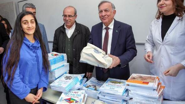 Başkan Akay, öğrencilere LGS ve YKS hazırlık seti dağıttı
