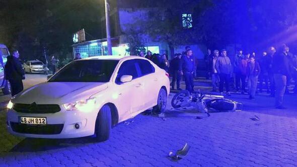 Kasksız motosiklet sürücüsü kazada yaralandı