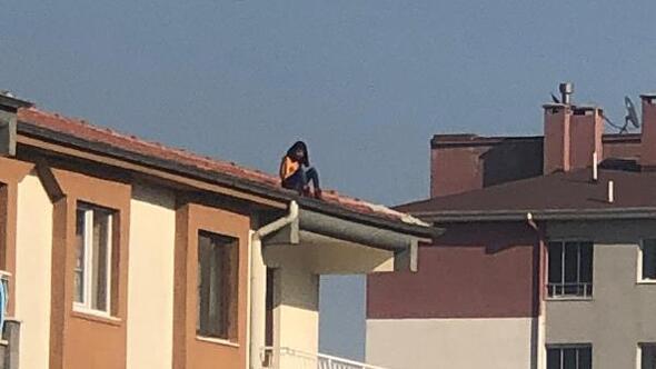Çatıda intihara kalkışan liseli kızı arkadaşları ikna etti