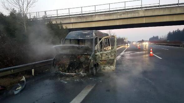 Lastiği patlayan minibüs, alev alıp yandı