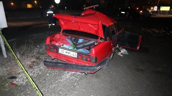Kavşakta iki otomobil çarpıştı: 2 ölü, 1 yaralı
