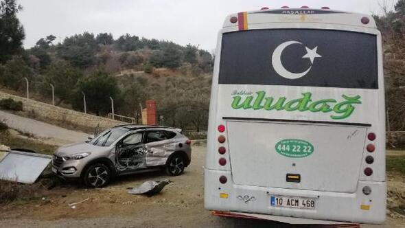 Midibüs ile çarpışan cipteki 3 kişi yaralandı