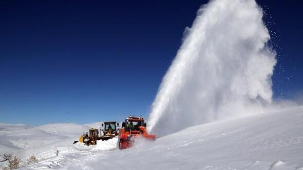 Türkiyenin en soğuk ilçesinde, -30 derecede karla mücadele