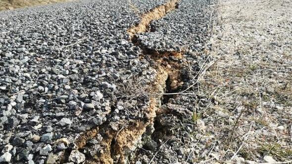 Depremde Sivricedeki köy yollarında dev yarıklar oluştu