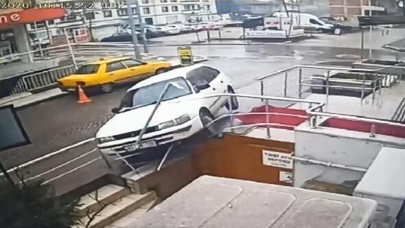 Otomobil tıp merkezinin merdivenlerine çıktı