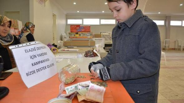 9 yaşındaki Mücahit, depremzedeler için ilçe pazarında yardım topladı