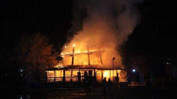Parktaki kafe alev alev yandı