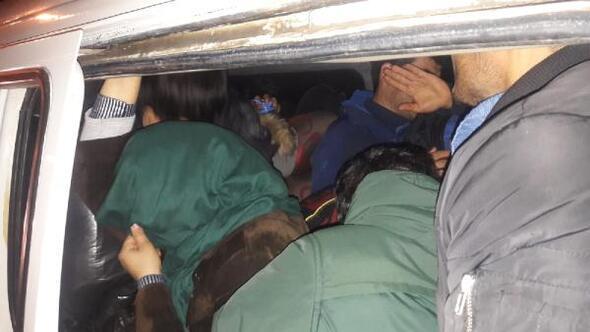 Ayvacıkta, 9 kişilik panelvandan 22 kaçak göçmen çıktı