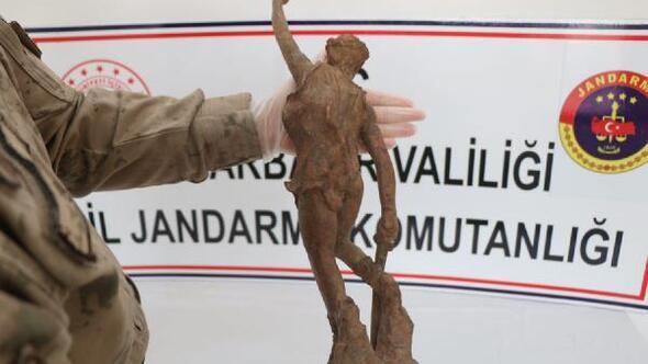 Diyarbakırda, Roma dönemine ait savaşçı figürlü heykel ele geçirildi