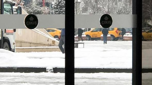 Soğuktan sığındıkları belediye binasında yaşamaya başladılar
