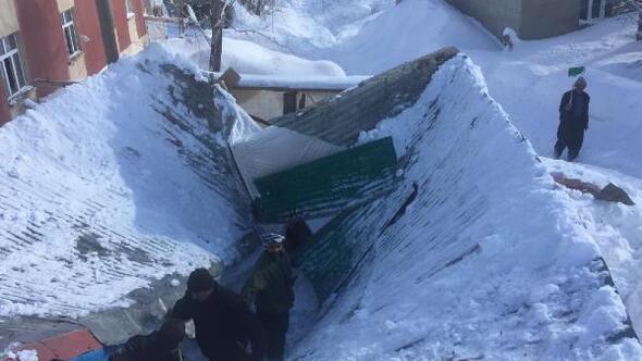 Yüksekovada kar yağışı nedeniyle ahır çöktü