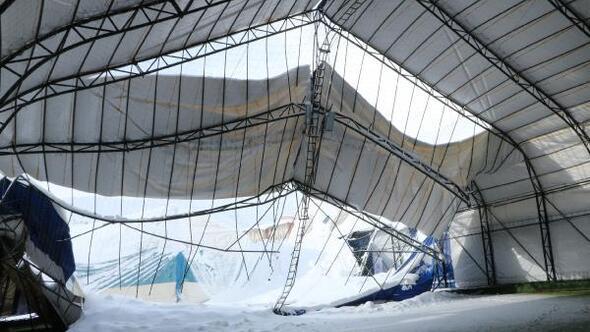 Hakkaride, halı sahanın çatısı kar nedeniyle çöktü