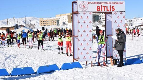 Bitlis'te kayaklı koşu müsabakaları başladı