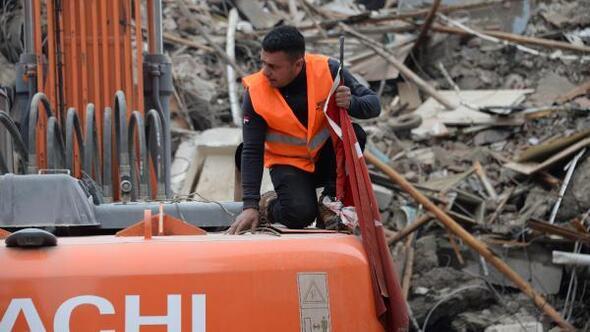 Yıkacağı binadaki Türk bayrağını alıp, iş makinesine astı