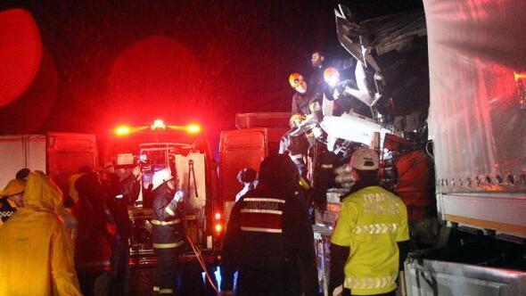 Kazada sıkışan TIR şoförü, 2 saatte kurtarıldı