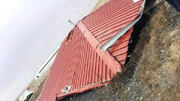 Niğdede fırtına evlerin çatılarını uçurdu