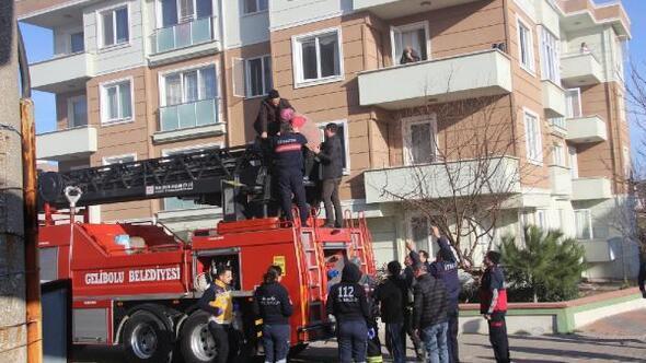 4 katlı apartmanda yangın; 10 kişi balkonlardan merdivenle kurtarıldı