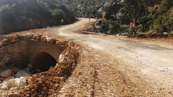 Taşkın sonrası göçen yollar onarılıyor