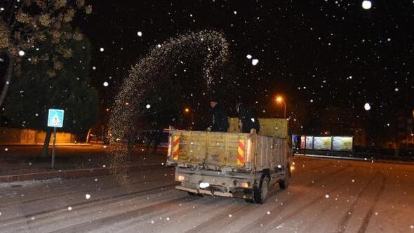 Siverek'te Belediye ekiplerinin karla mücadelesi gece boyu devam etti