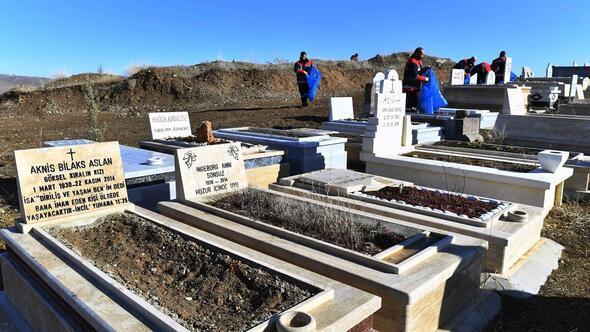 Kırılan mezarlar onarılıyor