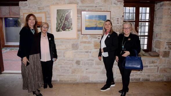 Kuşadasında 16 kadın ressamdan karma sergi