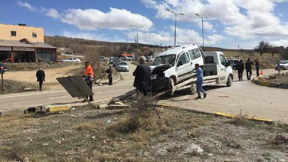 Kırıkkalede hafif ticari araç kamyonla çarpıştı: 4 yaralı