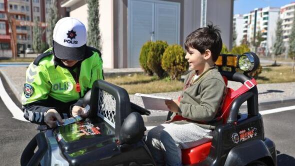 Eğlenerek trafik kurallarını öğreniyorlar