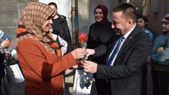 Başkan Beyoğlundan kadınlara karanfil