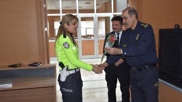 Müdür Cebeloğlundan kadın polislere karanfil