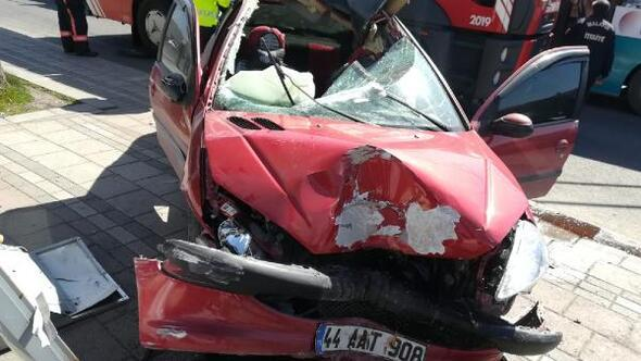 Malatyada otomobil, reklam panosuna çarptı: Sürücü yaralı