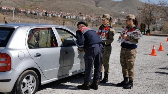 Jandarmadan kadınlara trafikte kadınlara karanfil