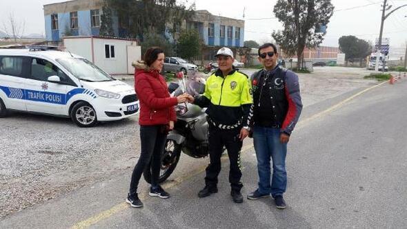 Kadın sürücüleri ceza için değil, çiçek vermek için durdurdular