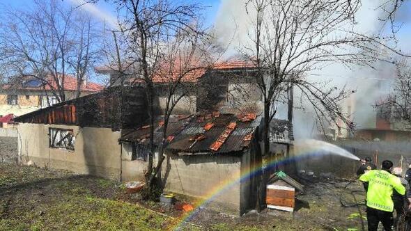 Yeniçağada 2 katlı ahşap evde yangın