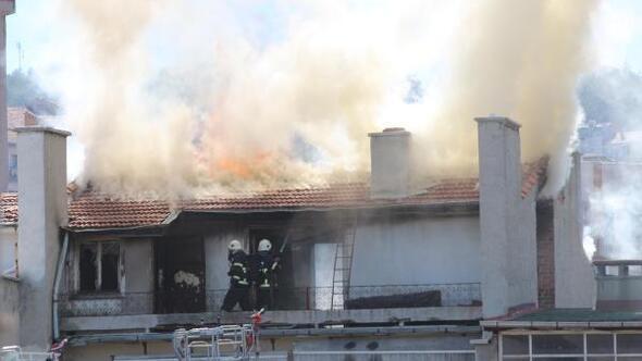 Kütahyada, 4 katlı binanın çatı katında yangın