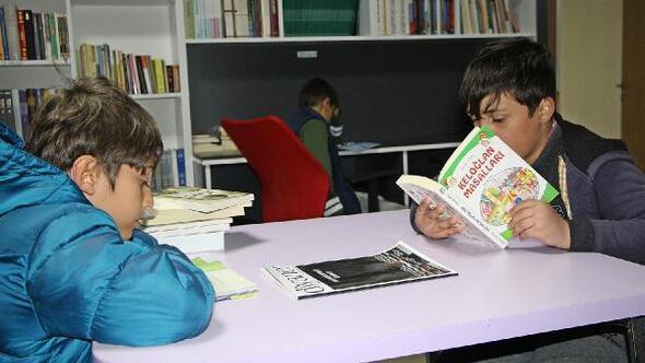 Kitap okuyan öğrencilere oyun etkinliği