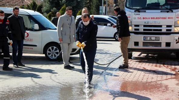 Bolu Belediye Başkanı Özcan, caddeyi hortumla yıkadı
