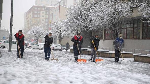 Kayseride karla mücadele sürüyor