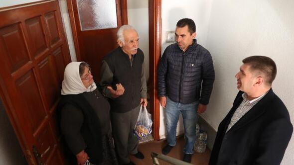 Yaşlıların siparişi evine getiriliyor
