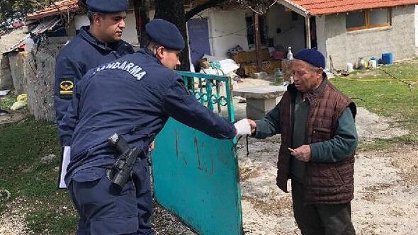 Jandarma, emekli maaşını evine getirdi